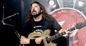 Dave Grohl playin