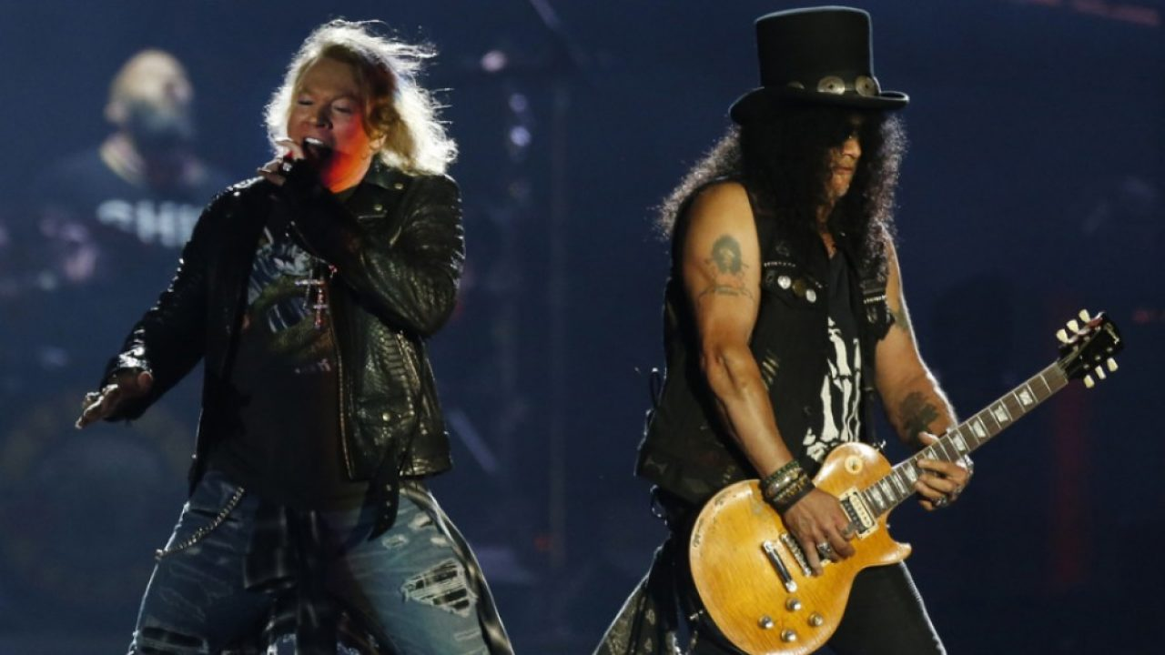 Axl Rose sings happy birthday to Slash in the middle of the concert