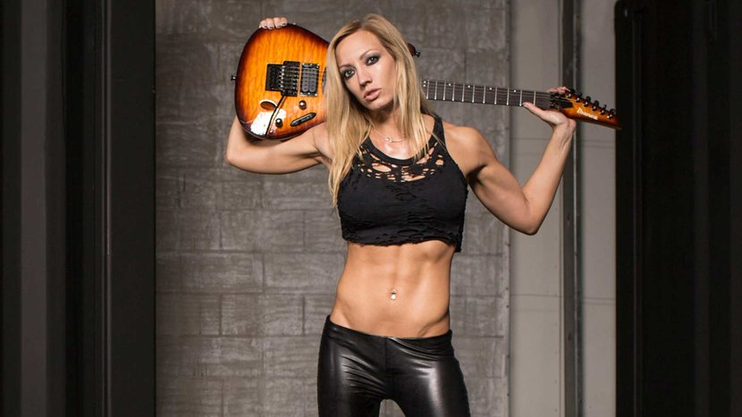 Nita Strauss belly
