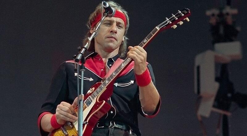 Mark Knopfler playing guitar